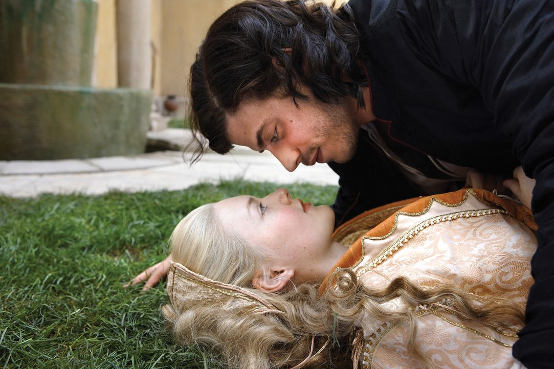 Haben eine innigliche Beziehung, die schon bald auf eine harte Probe gestellt wird: Cesare (Francois Arnaud, oben) und Lucrezia (Holliday Grainger,... - Bildquelle: LB Television Productions Limited/Borgias Productions Inc./Borg Films kft/ An Ireland/Canada/Hungary Co-Production. All Rights Reserved.