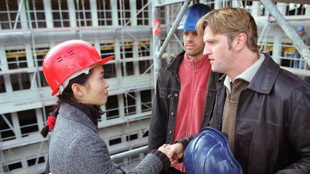 Bauleiter Pigu (Detlev Buck, r.) begrüßt überrascht die extra aus Shanghai ei...