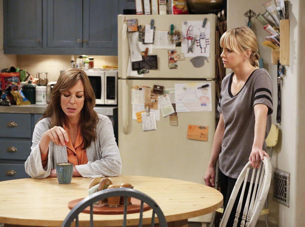Dass ihre Mutter gestorben ist, setzt Bonnie (Allison Janney, l.) ganz schön zu. Sie sucht Trost bei ihrer Tochter Christy (Anna Faris, r.). Aber da... - Bildquelle: 2016 Warner Bros. Entertainment, Inc.