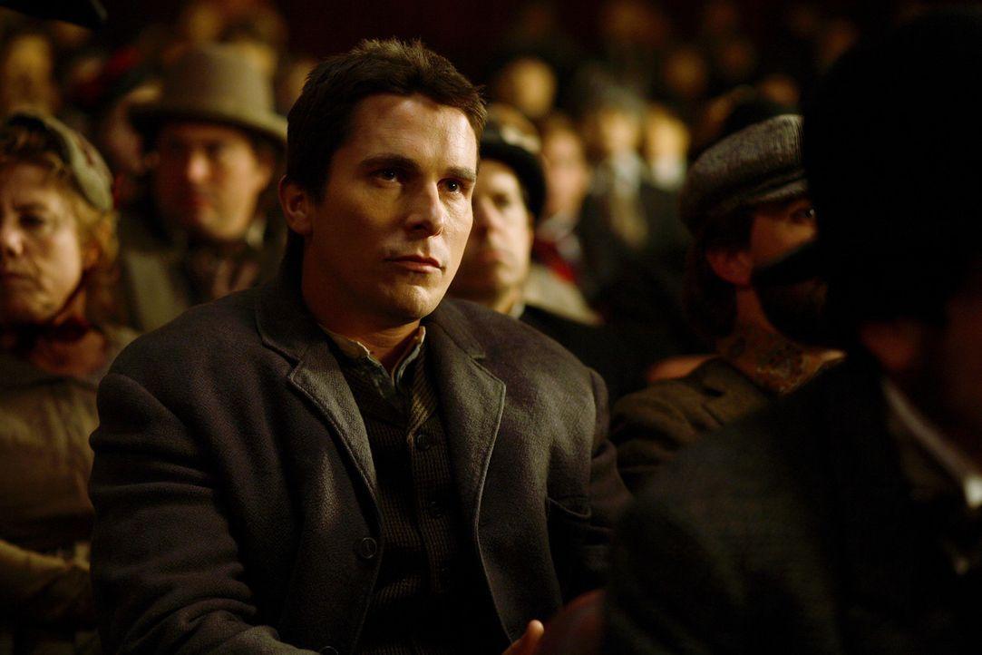 Viele Jahre führen die Magier Alfred Borden (Christian Bale) und Robert Angier ihre Zaubernummern gemeinsam vor, doch als Robert seine Frau Julia d... - Bildquelle: Warner Television