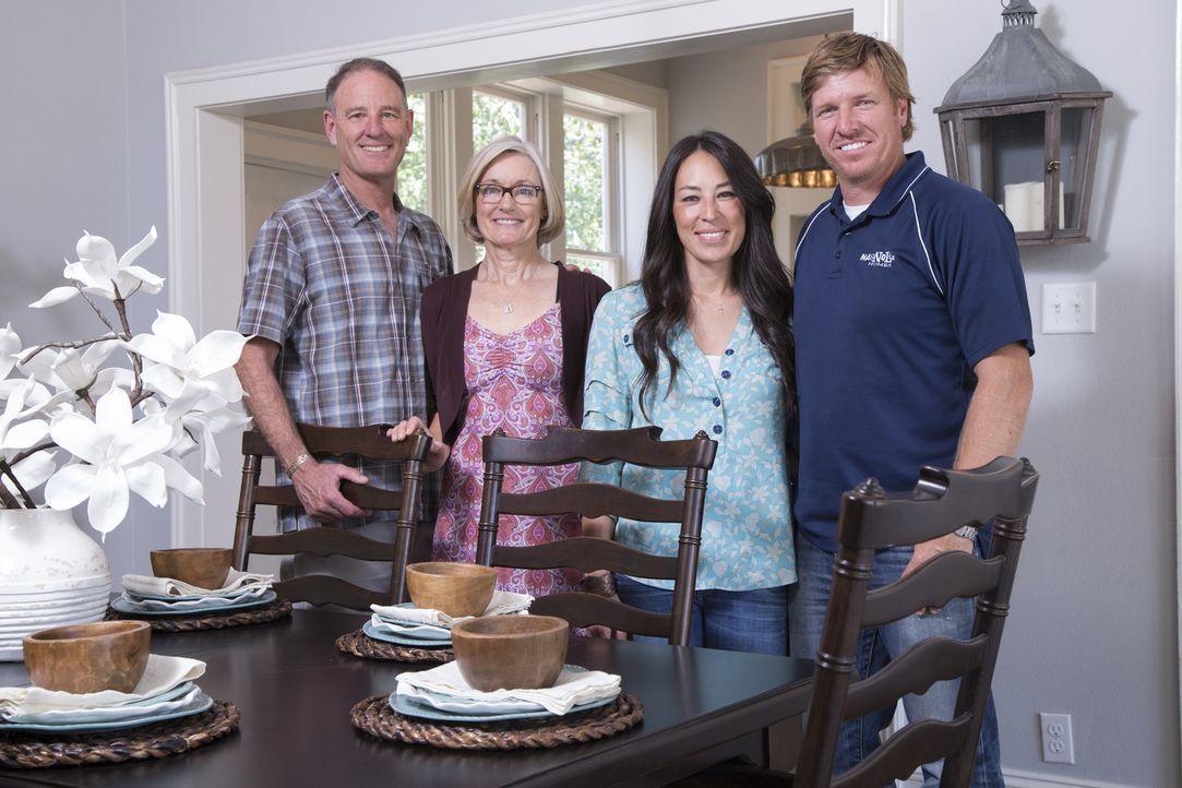 Dank Chip (r.) und Joanna (2.v.r.) können Dave (l.) und Marla (2.v.l.) Hendricks nach ihrem Umzug aus California nach Waco endlich in ihrem neuen He... - Bildquelle: Sarah Wilson 2014, HGTV/ Scripps Networks, LLC.  All Rights Reserved.