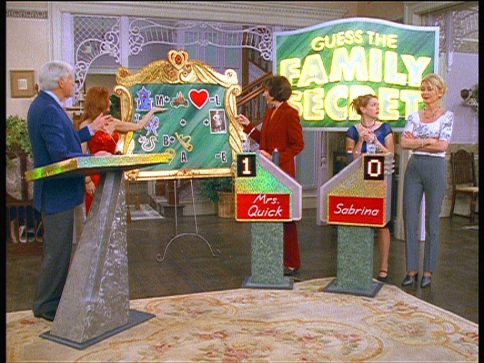 Sabrina (Melissa Joan Hart, 2.v.r.) muss das Familiengeheimnis lösen und versteht die Hinweise nicht. Sie zaubert ihrer Lehrerin Mrs. Quick (Mary G... - Bildquelle: Paramount Pictures