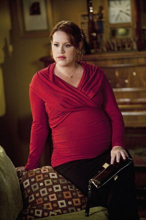 Anne (Molly Ringwald) ist etwas verwundert als ihre Tochter Ashley sie unbedingt dazu bringen möchte, sich zu verabreden ... - Bildquelle: 2009 DISNEY ENTERPRISES, INC. All rights reserved. NO ARCHIVING. NO RESALE.