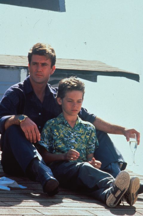 Als der Großdealer Dale McKussic (Mel Gibson, l.) erfährt, dass ihm die Bundes-Drogenpolizei dicht auf den Fersen ist, bangt er um das Leben seines... - Bildquelle: Warner Bros.