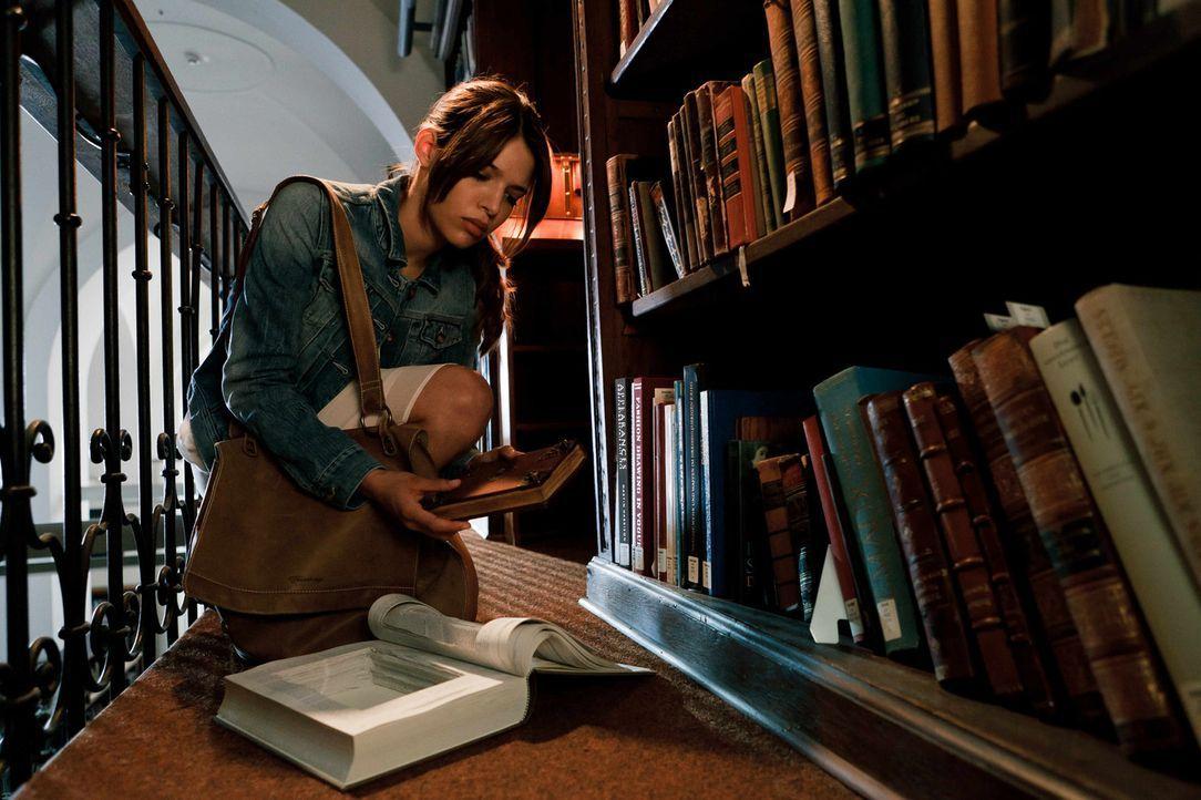 Eines Tages lässt Milla (Jasmin Lord) in der Bibliothek ein altes Buch mitgehen: eine Bibel, die vor über 500 Jahren von einer Judith von Ingolstadt... - Bildquelle: Arvid Uhlig SAT.1