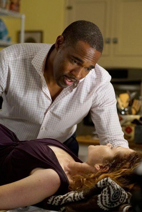 Während sich Owen und Amelia das Ja-Wort geben werden, braucht April (Sarah Drew, r.) dringend einen Kaiserschnitt. Doch kann Ben (Jason George, l.)... - Bildquelle: Eric McCandless ABC Studios