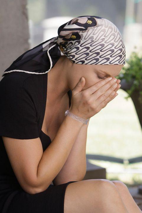 Georges Beerdigung findet statt. Während der Grabrede des Priesters hält Izzie (Katherine Heigl) es nicht länger aus und stürzt weinend davon ... - Bildquelle: Touchstone Television