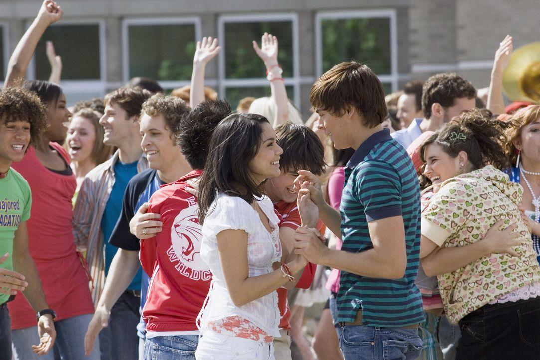 Noch sind Troy (Zac Efron, M.r.) und Gabriella (Vanessa Anne Hudgens, M.l.) ein glückliches Paar, aber schon bald gelingt es Sharpay, die beiden au... - Bildquelle: Buena Vista International Television
