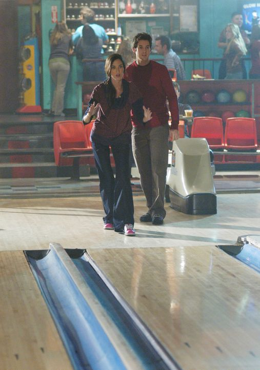 Ronny (Jonathan Murphy, r.) versteht sich mit Aubrey (Odette Yustman, l.) gut, viel zu gut... - Bildquelle: ABC Studios