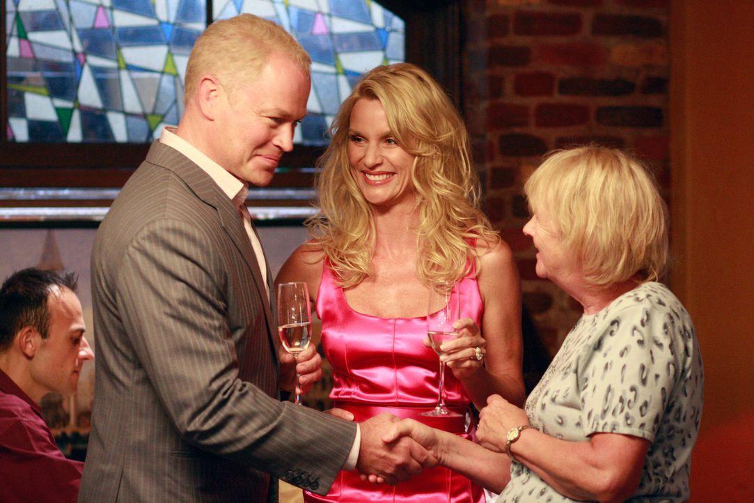 Edies (Nicolette Sheridan, M.) geheimnisvoller Ehemann Dave (Neal McDonough, l.) macht sich bei den Bewohnern in der Wisteria Lane und vor allem bei... - Bildquelle: ABC Studios