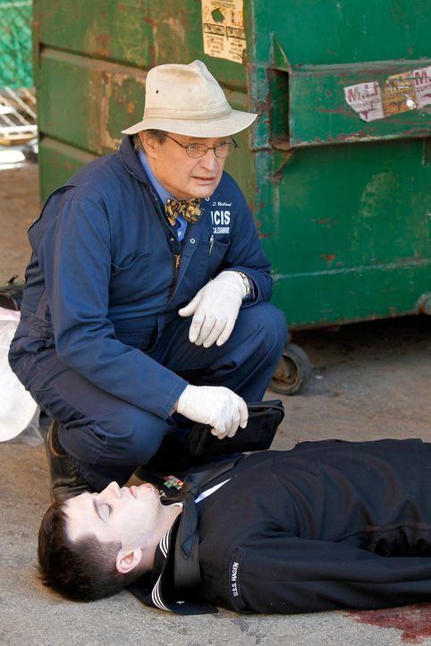 Als in Baltimore die Leiche eines jungen Navy-Seemanns gefunden wird, wird Ducky (David McCallum, hinten) an den Tatort gerufen ... - Bildquelle: 2012 CBS Broadcasting Inc. All Rights Reserved.