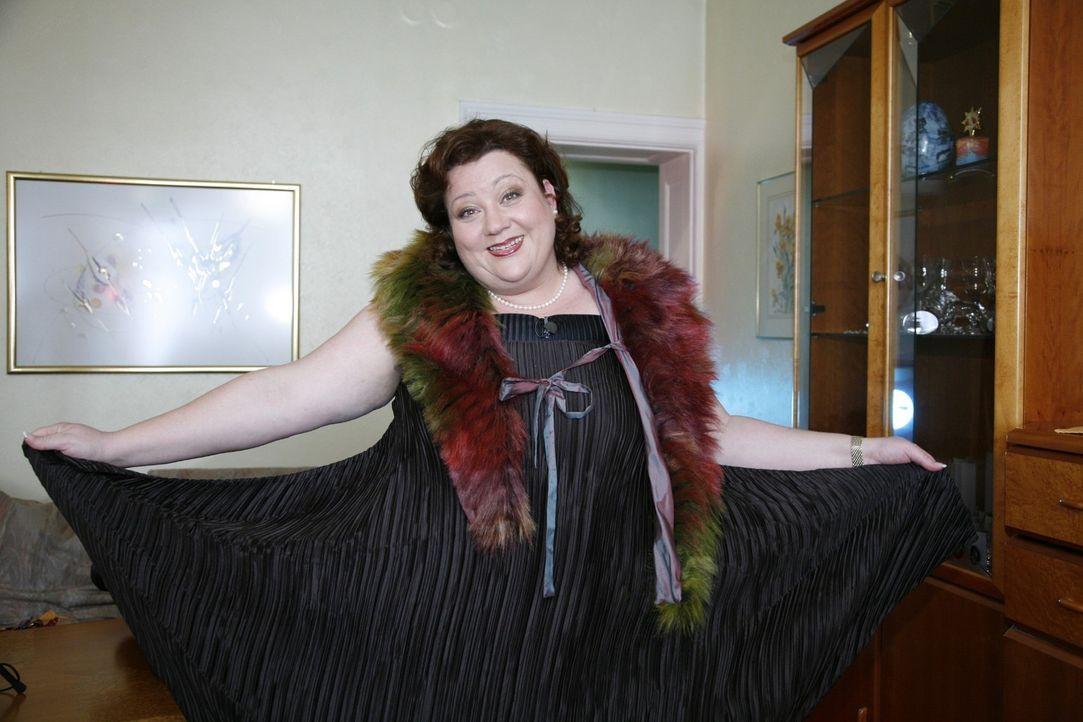 Nicole in einem der Outfits, welche die Kandidaten für sie zusammengestellt haben. Wird dieses Kleid Favorit der Jury? Nicole scheint es zumindest z... - Bildquelle: Monika Schürle Sat.1