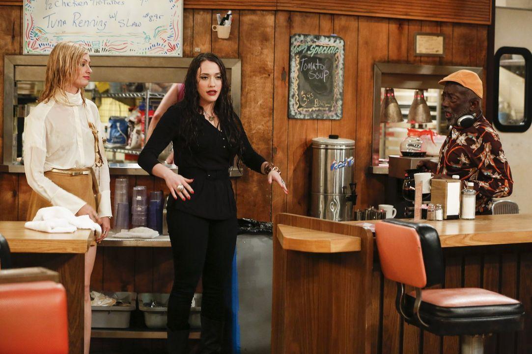 Auch Earl (Garrett Morris, r.) muss sich eingestehen, dass es im Diner nicht unbedingt weniger Chaos gibt, seitdem Caroline (Beth Behrs, l.) und Max... - Bildquelle: Warner Bros. Television