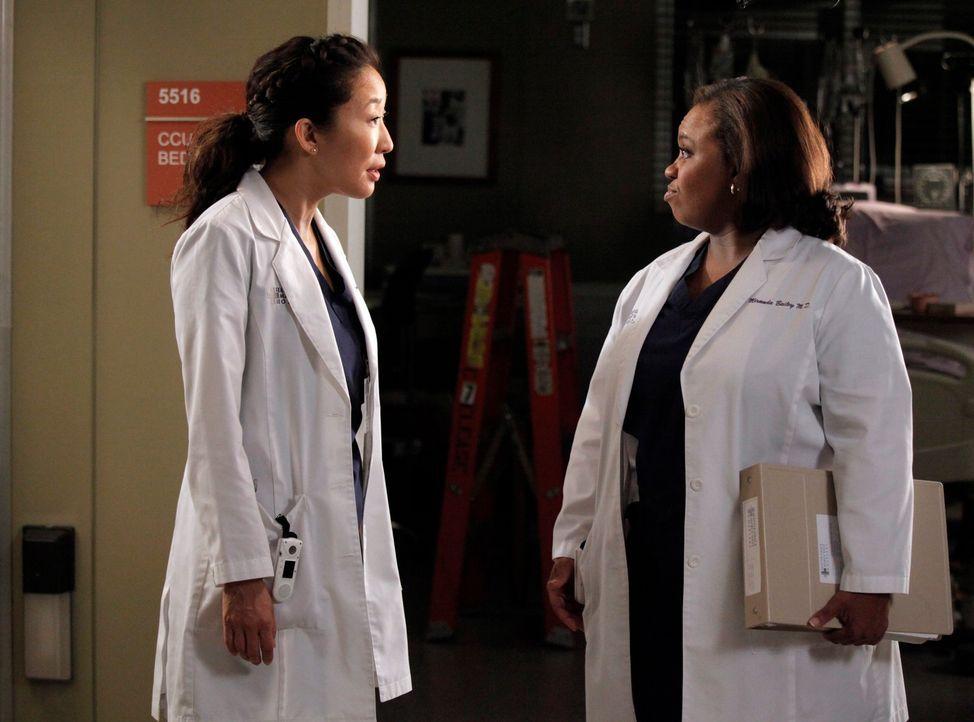 Während sich Bailey (Chandra Wilson, r.) mit Ben über ihre Hochzeitspläne streitet, versuchen  Cristina (Sandra Oh, l.) und Owen einen Weg zu finden... - Bildquelle: ABC Studios