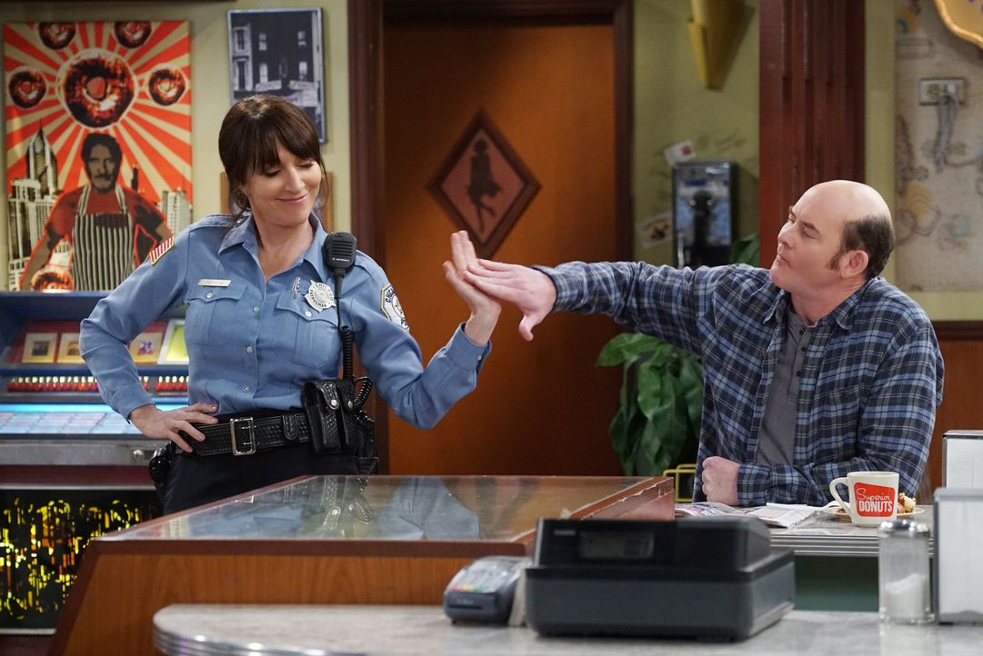 Während sich Randy (Katey Sagal, l.) an einer Spendenaktion für Franco beteiligt, lässt Tush (David Koechner, r.) ein neues Medikament an sich teste... - Bildquelle: Monty Brinton 2017 CBS Broadcasting, Inc. All Rights Reserved