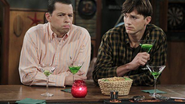 Während Alans (Jon Cryer, l.) Sohn Jake beim Militär in die Küche strafverset...