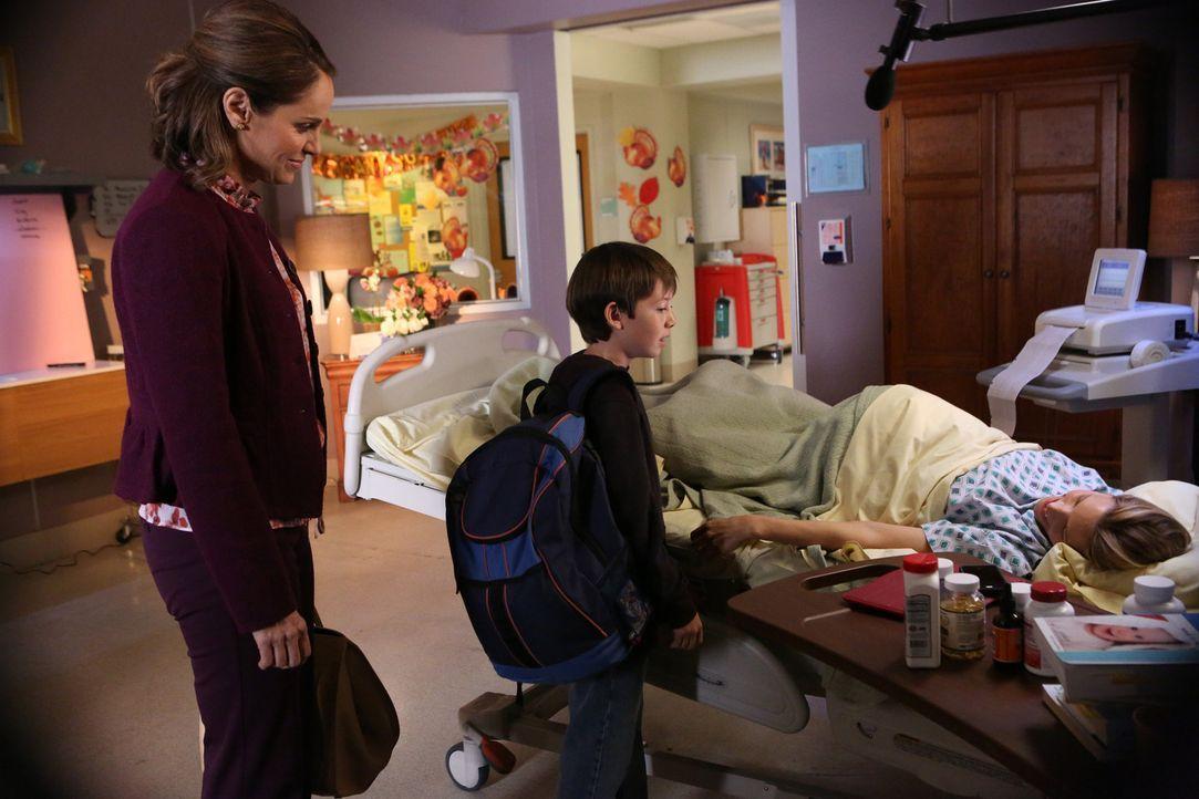Während Charlotte (KaDee Strickland, r.) Violet (Amy Brenneman, l.) und die andern Ärzte in Wahnsinn treibt, fürchtet Mason (Griffin Gluck, M.),... - Bildquelle: ABC Studios