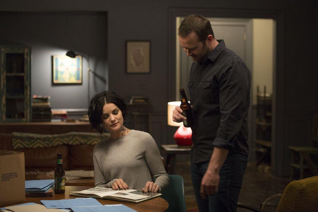 Als Jane (Jaimie Alexander, l.) Weller (Sullivan Stapleton, r.) nach Hause begleitet, entdeckt sie ein High-School-Foto, auf dem sie auch Shepherd e... - Bildquelle: Warner Brothers