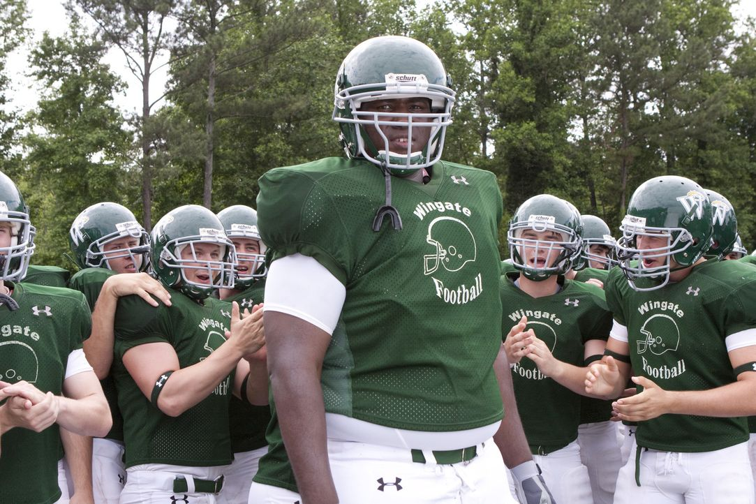 Nach und nach wird Michael (Quinton Aaron) Teil eines College Football Programms, welches das Ziel hat, ihn zu einem erfolgreichen NFL-Profi zu mach... - Bildquelle: Warner Brothers