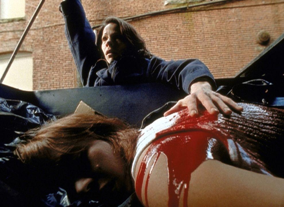 Die blinde Marty (Lili Taylor, hinten) hat durch die Augen des Killers einen Mord miterlebt ... - Bildquelle: TM +   2000 Twentieth Century Fox Film Corporation. All Rights Reserved.