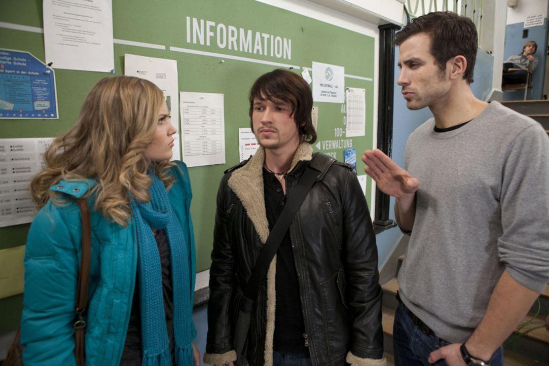 Michael (Andreas Jancke, r.), wird Zeuge, wie Ben (Christopher Kohn, M.) Caro (Sonja Bertram, l.) zur Rede stellt ... - Bildquelle: SAT.1