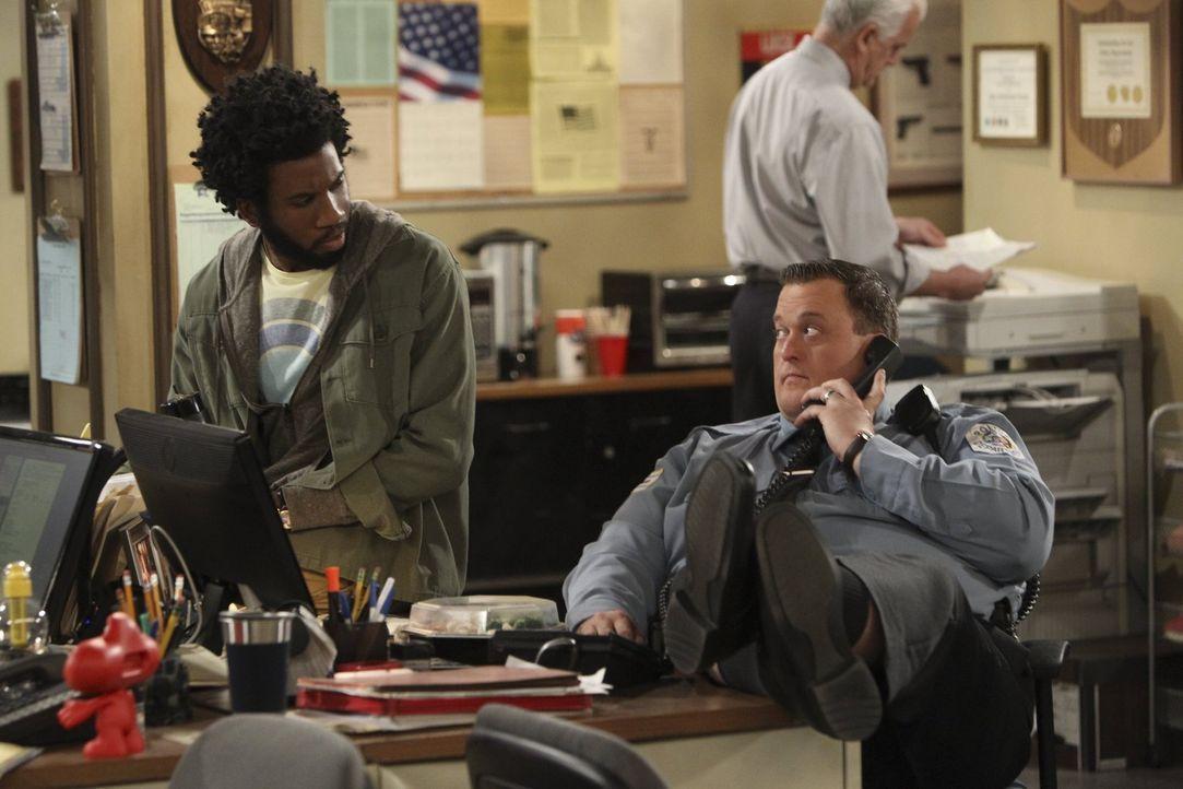 Samuel (Nyambi Nyambi, l.) und Mike (Billy Gardell, r.) überlegen, wie sie ihrem Freund Carl helfen können, der vor Kurzem erfahren hat, dass seine... - Bildquelle: Warner Brothers