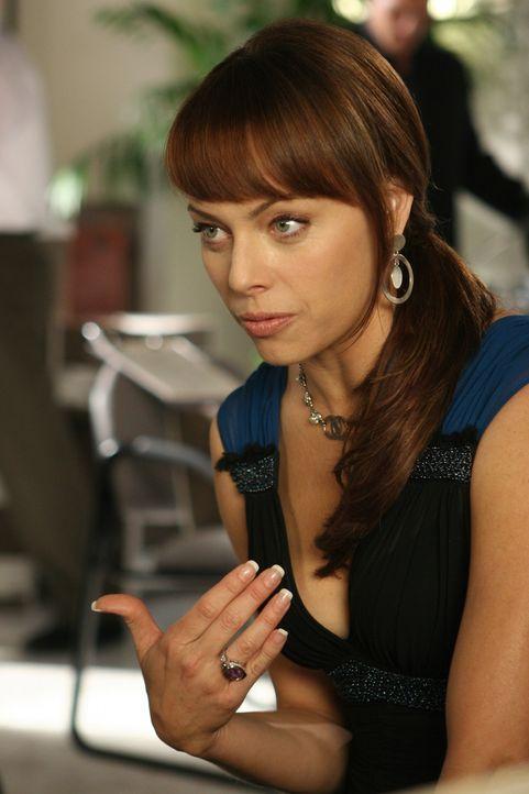 Julie (Melinda Clarke) hat eine schlechte Nachricht für Sandy: Die Eltern der Schule fordern, dass Ryan und Marissa wegen der Schießerei von der S... - Bildquelle: Warner Bros. Television