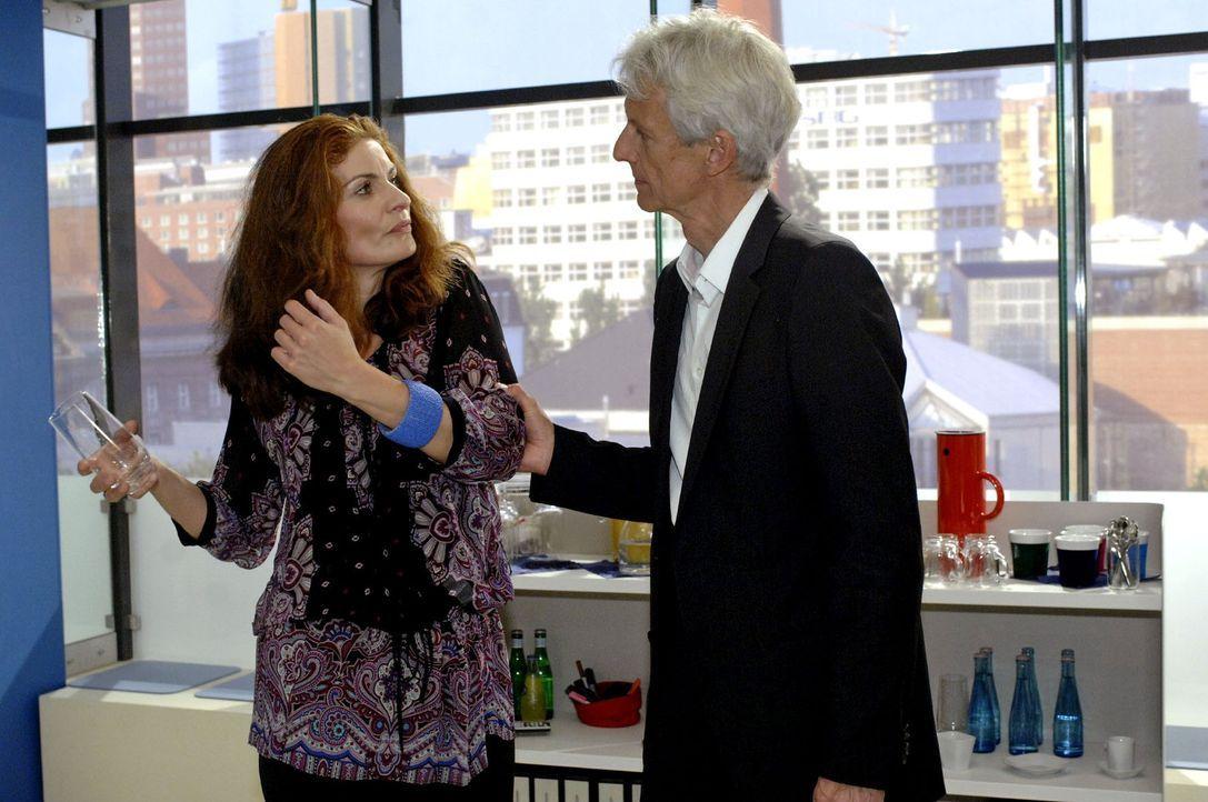Natascha (Franziska Matthus, l.) macht Robert (Mathieu Carrière, r.) vor den Kunden eine peinliche Szene. - Bildquelle: Oliver Ziebe Sat.1