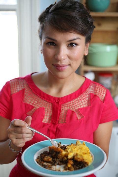 Rachel Khoo präsentiert ihre Variante des Schäferinnen-Kuchens ... - Bildquelle: Richard Hill BBC 2013