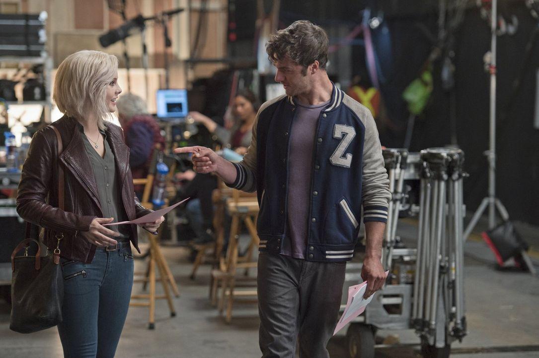 Liv (Rose McIver, l.) ist begeistert und gleichzeitig geschockt, als sie am Set ihrer Lieblingsserie ermitteln muss und Wyatt Carver alias Cody (Zac... - Bildquelle: 2014 Warner Brothers