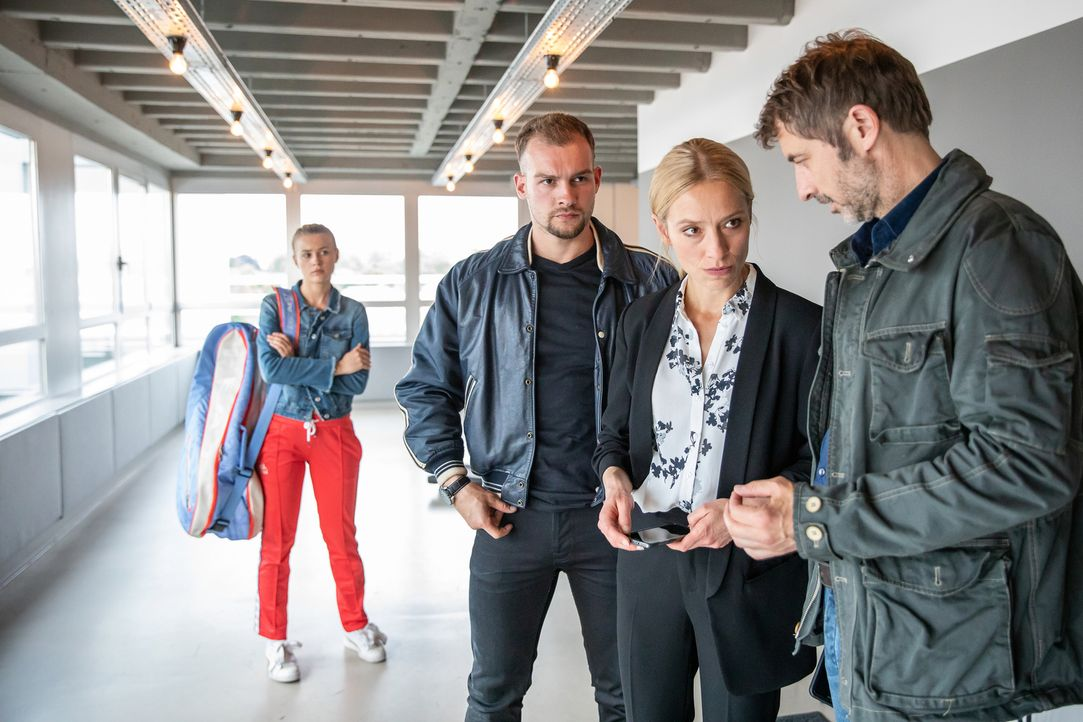 Dombrowski (Eric Stehfest, M.), Julia Durant (Sandra Borgmann, 2.v.r.) und Markus Schulz (Guido Broscheit, r.) entdecken wichtige Hinweise. Können s... - Bildquelle: Felix Holland SAT.1/Felix Holland