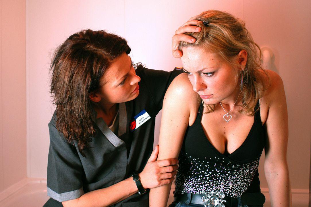 Immer wieder fällt Katrins (Isabell Gerschke, l.) beste Freundin Babsi (Martina Hill, r.) auf verheiratete Männer rein. Da verliebt sie sich in de... - Bildquelle: ProSieben