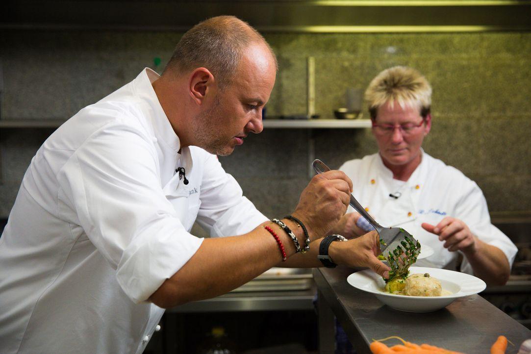 """Bettina Schmitz (r.) würde alles dafür tun, dass ihr Restaurant """"Alt Neuwerk"""" erhalten bleibt. Kann Frank Rosin (l.) ihr wertvolle Tipps geben? - Bildquelle: kabel eins"""