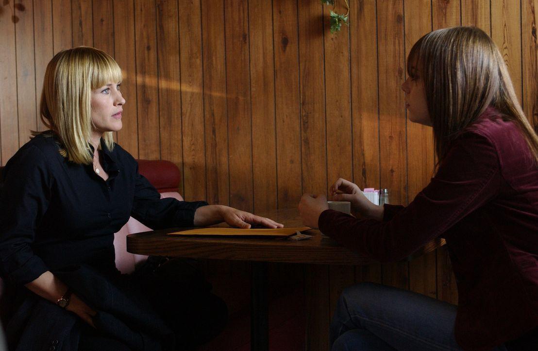 Cynthia (Riley Stone, r.) bittet Allison (Patricia Arquette, l.) um Hilfe ... - Bildquelle: Paramount Network Television