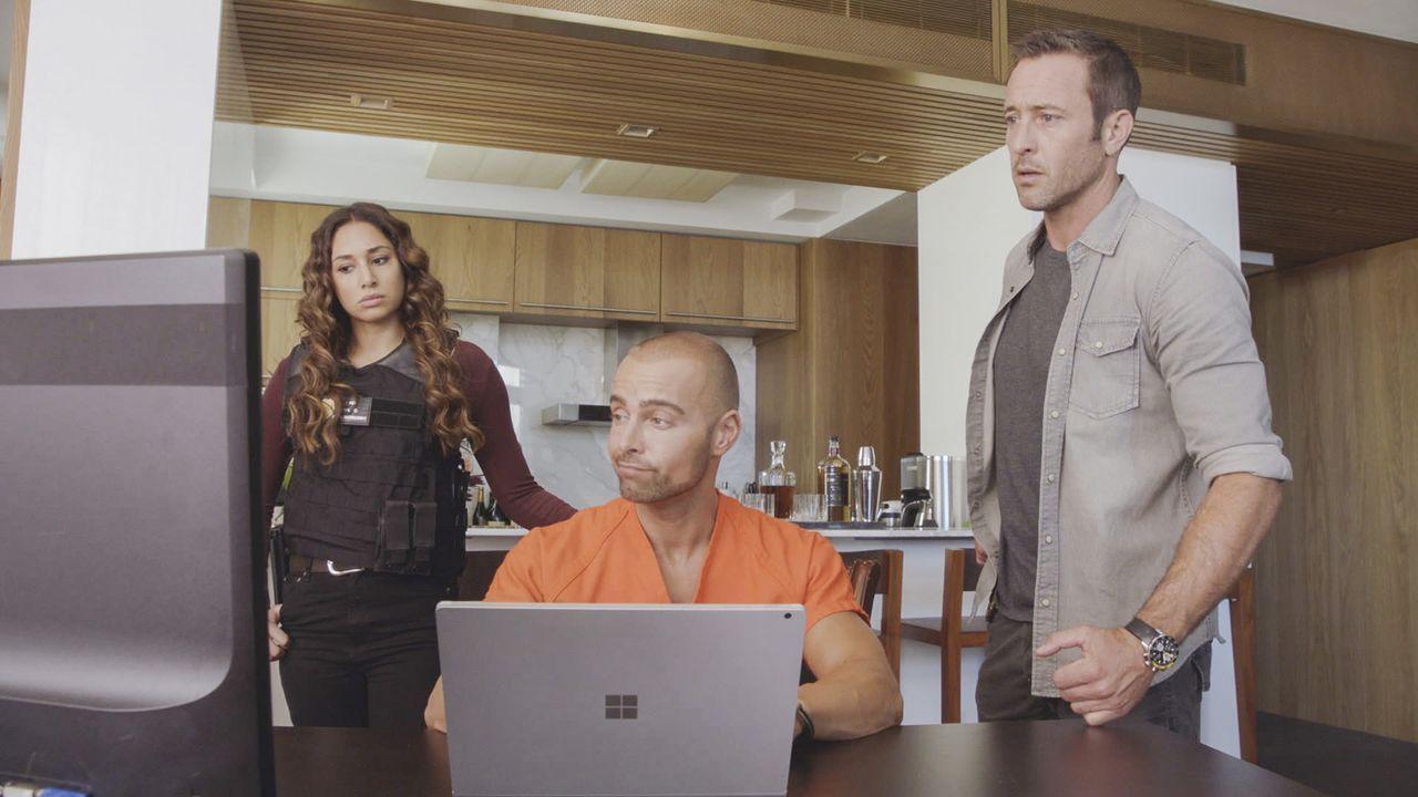 Hacker Aaron Wright (Joey Lawrence, M.) findet für Tani Rey (Meaghan Rath, l.) und McGarrett (Alex O'Loughlin, r.) heraus, dass jemand sich gezielt... - Bildquelle: 2017 CBS Broadcasting, Inc. All Rights Reserved