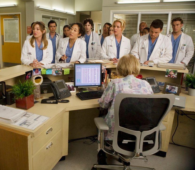 Werden neu eingeteilt: (vorne v.l.n.r.) Meredith (Ellen Pompeo), Cristina (Sandra Oh), Izzie (Katherine Heigl) und Alex (Justin Chambers) ... - Bildquelle: Touchstone Television