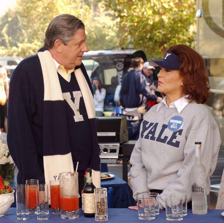 Bei einem Harvard-Yale-Baseballspiel erfährt Emily (Kelly Bishop, r.), dass sich Richard (Edward Herrmann, l.) seit damals jährlich mit seiner alten... - Bildquelle: 2003 Warner Bros.