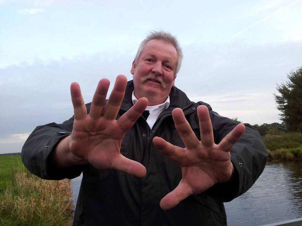 """Der Ostfriese Tamme Hanken wird auch Knochenbrecher genannt. Der """"Tierchiropraktiker"""" erfühlt mit seinen Riesenpranken eingeklemmte Nerven und renkt... - Bildquelle: Sat.1 Gold"""