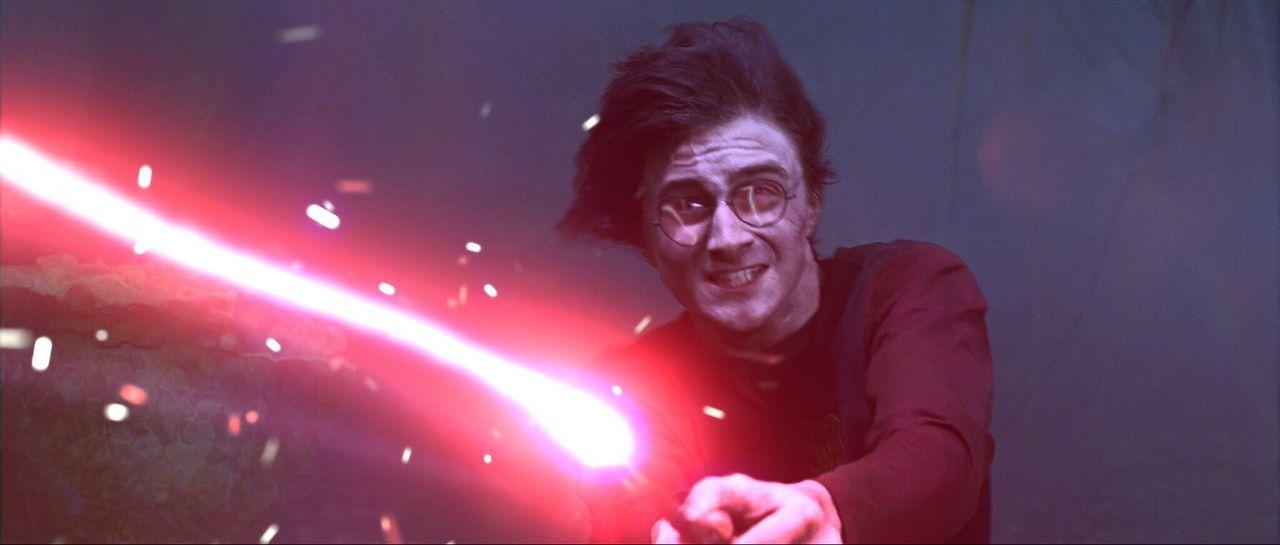 Das große Abenteuer beginnt, als der Feuerkelch Harry Potters (Daniel Radcliffe) Namen freigibt und er damit Teilnehmer eines gefährlichen Wettbewer... - Bildquelle: 2005 Warner Bros. Ent. Harry Potter Publishing Rights. J.K.R.