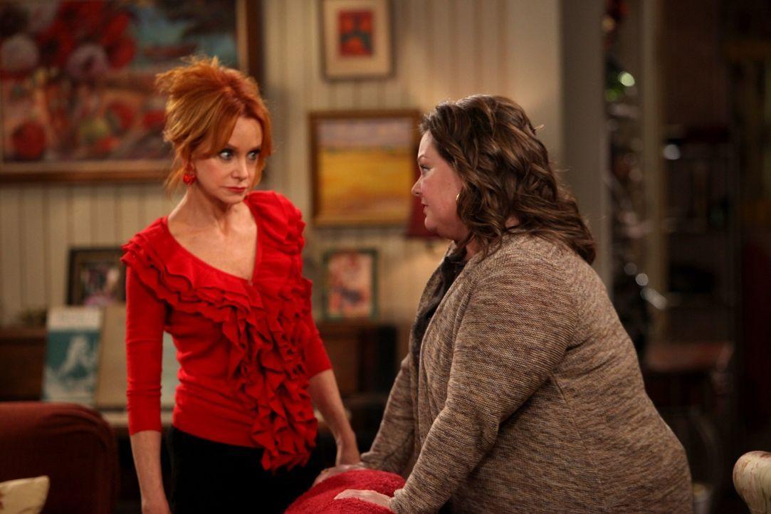 Der erste Valentinstag von Molly (Melissa McCarthy, r.) und Mike verläuft anders als geplant. Joyce (Swoosie Kurtz, l.) versucht ihre Tochter etwas... - Bildquelle: 2010 CBS Broadcasting Inc. All Rights Reserved.