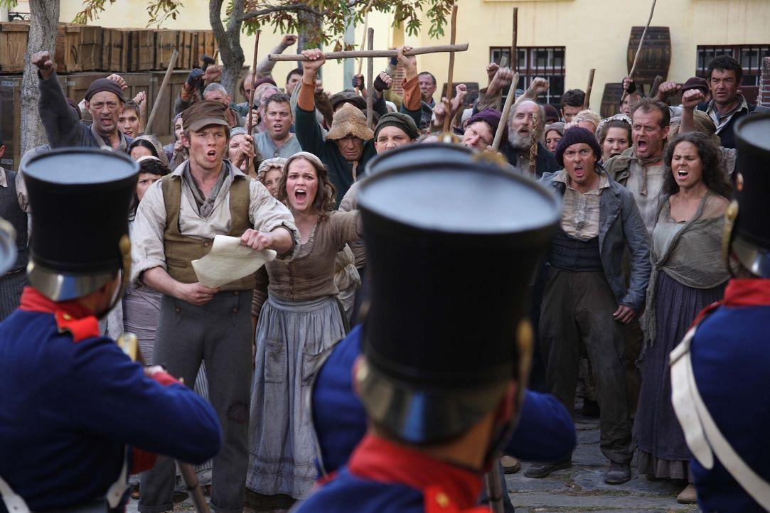 Preußisches Königreich, 1844: Eine Gruppe ärmlicher Weber wagt den Aufstand. Angeführt werden sie von Mila (Emilia Schüle, vorne r.) und ihrem Mann... - Bildquelle: Boris Guderjahn SAT.1