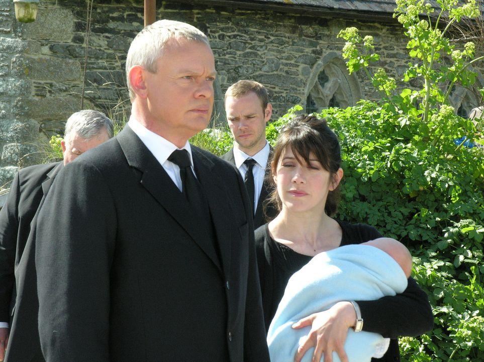 Portwenn versammelt sich, um Joan die letzte Ehre zu erweisen. Natürlich gehen auch Doc Martin (Martin Clunes, l.) und Louisa (Caroline Catz, r.) zu... - Bildquelle: BUFFALO PICTURES/ITV