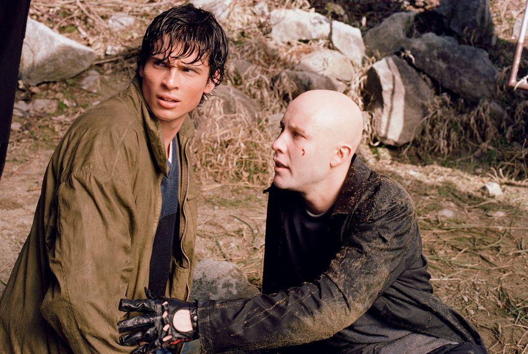 Als er und Clark (Tom Welling, l.) bei einem Autounfall auf wundersame Weise gerettet werden, wird Lex (Michael Rosenbaum, r.) misstrauisch. Er begi... - Bildquelle: Warner Bros.