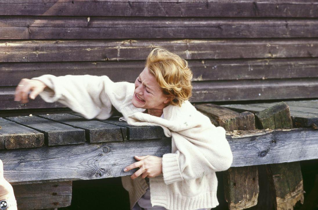 Ellen (Suzanne von Borsody) versucht zu fliehen. - Bildquelle: Norbert Kuhroeber Sat.1