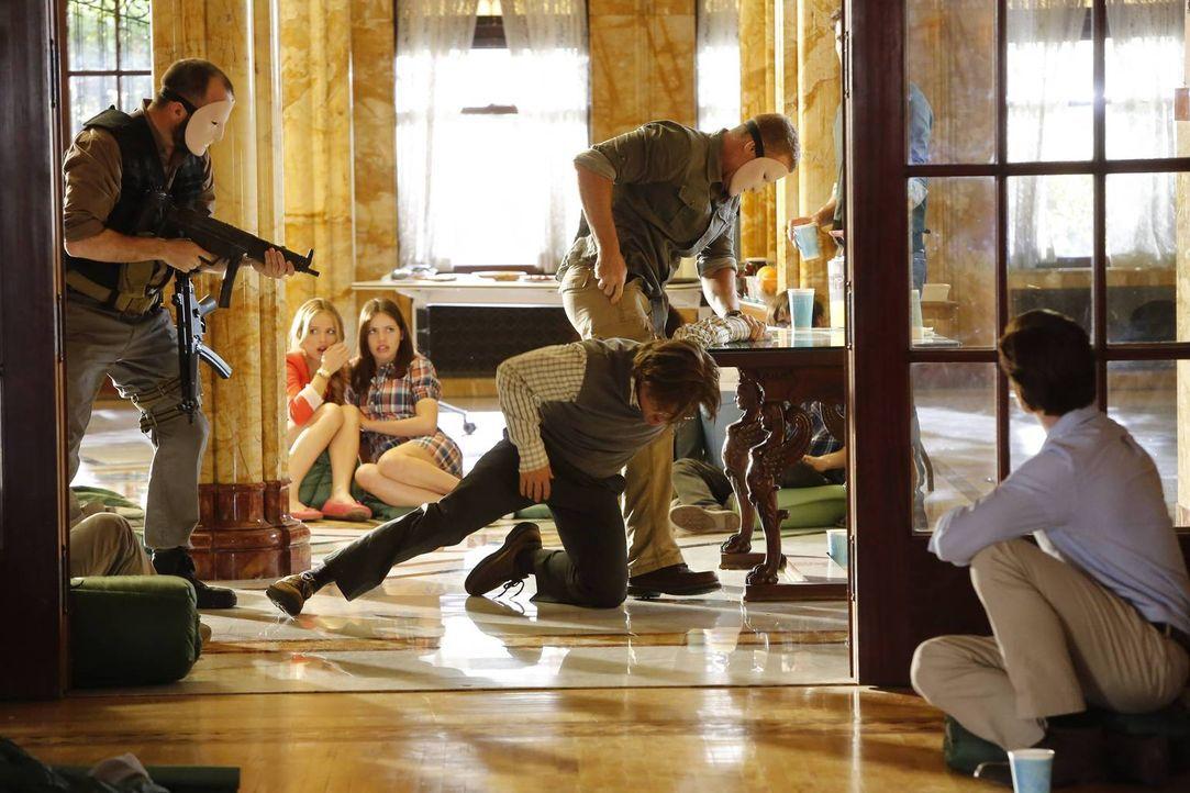 Eigentlich wollte Thomas Gibson (Dermot Mulroney, 2.v.r.) als Begleitperson der Schüler mitfahren, um seine Beziehung zu seiner Tochter Beth Ann zu... - Bildquelle: 2013-2014 NBC Universal Media, LLC. All rights reserved.