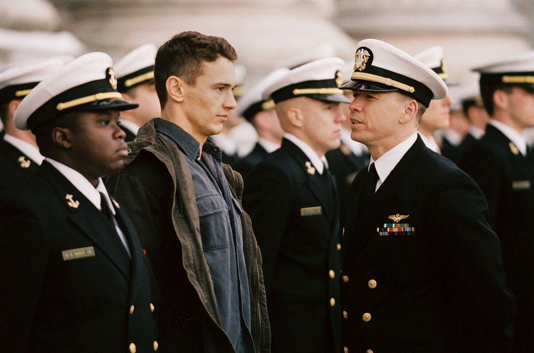 Nachdem sich Jake (James Franco, 2.v.l.) zu einer Tätlichkeit gegenüber dem arroganten Lieutenant Cole hat hinreißen lassen, bleibt Lt. Cmdr. Bur... - Bildquelle: Touchstone Pictures.  All rights reserved