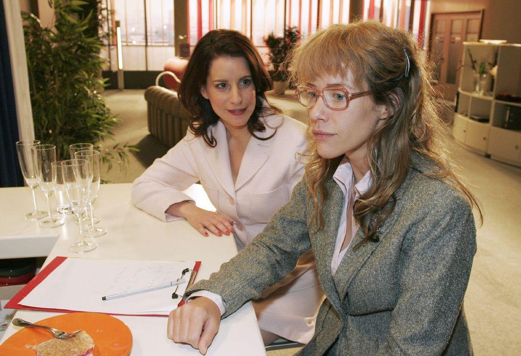 Inka (Stefanie Höner, l.) rät Lisa (Alexandra Neldel, r.), sich wie ein Biest zu verhalten. (Dieses Foto von Alexandra Neldel darf nur in Zusammen... - Bildquelle: Noreen Flynn Sat.1