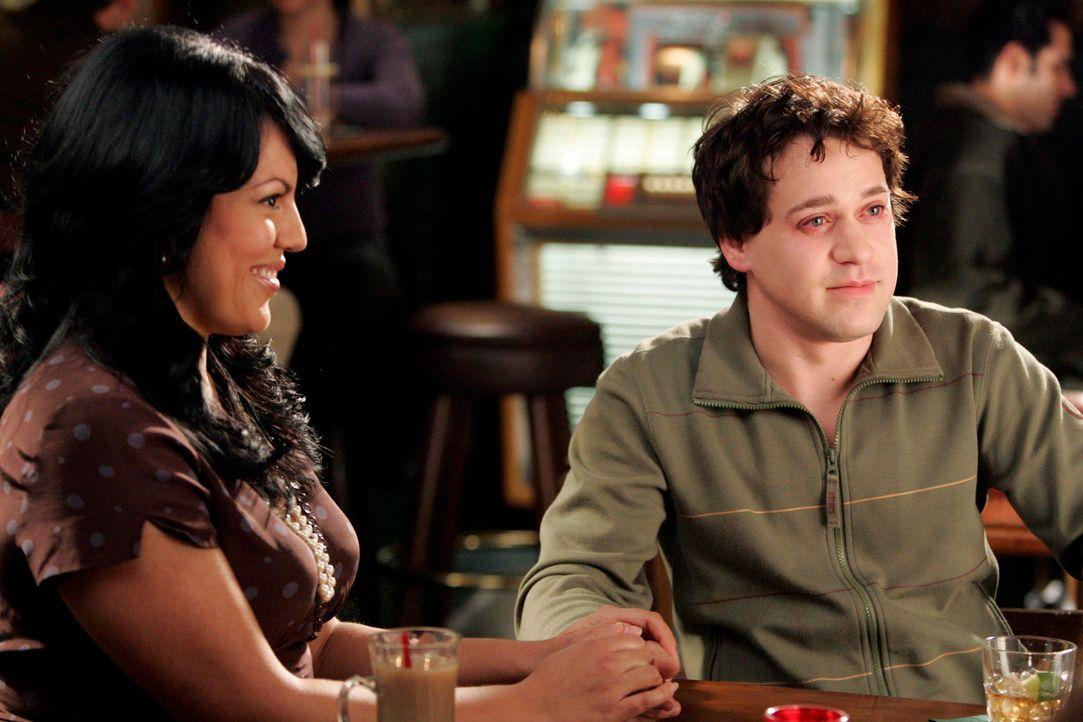 George (T.R. Knight, r.) muss Mr. Torres versprechen, dass er Callie (Sara Ramirez, l.) nie verletzen wird ... - Bildquelle: Touchstone Television