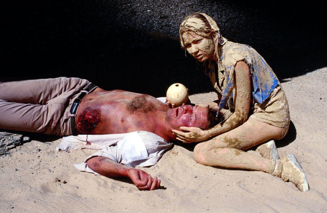Dr. Lüders (Ralf Lindermann, l.) hat zwar endlich Schwester Patrizia (Katja Studt, r.) in der Wüste Namibias aufgespürt, dann aber einen Unfall mit... - Bildquelle: Norbert Kuhroeber Sat.1