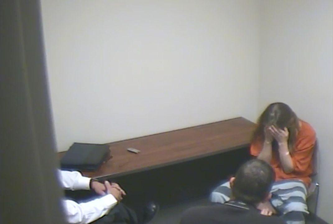 Nach dem Tipp von Pastor Jerry  wird Clara Rector (r.) von den Ermittlern verhört .... - Bildquelle: Camden County Sheriff's Dept. / Public Domain